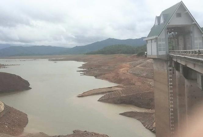 Hồ Rào Quán xuống mực nước chết buộc Cty Thủy điện Quảng Trị phải ngừng phát điện.
