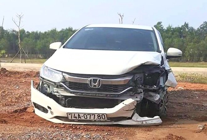 Chiếc xe ôtô 74A-077.80 bị hư hỏng phần đầu sau khi gây tai nạn rồi bỏ trốn