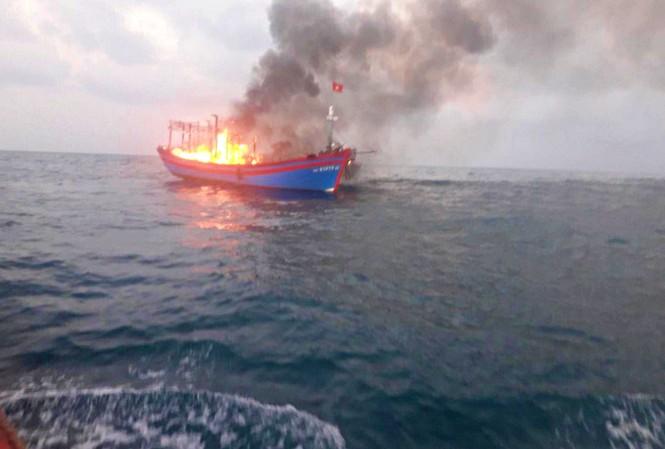 Tàu cá mang số hiệu NA 97673 TS bị cháy ngoài khơi vùng biển Cồn Cỏ (Quảng Trị). Ảnh: Mạnh Hùng