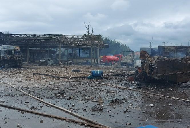 Xe chở pháo phát nổ ở cửa khẩu, 6 người thương vong