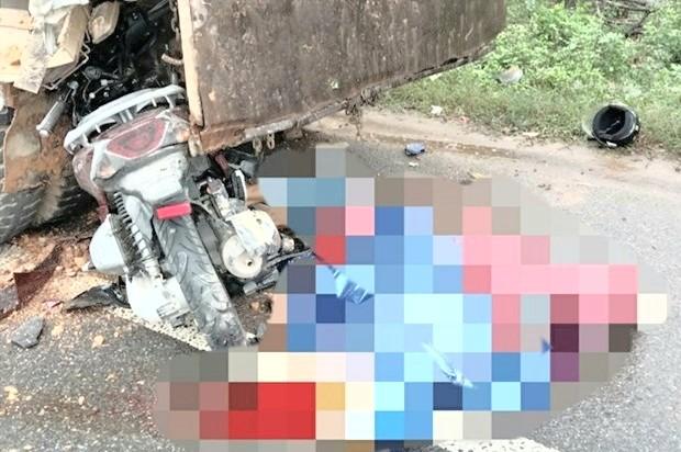 Thiếu quan sát, người điều khiển xe máy đã đâm vào ô tô đang dừng đỗ bên đường làm 2 người tử vong tại chỗ. Ảnh: CA.