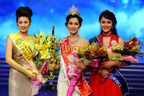 Đặng Thu Thảo đăng quang cuộc thi Hoa hậu Việt Nam 2012.
