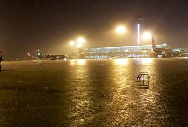 Có 'siêu máy bơm', sân bay Tân Sơn Nhất vẫn ngập