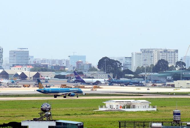 Vì sao sân bay Tân Sơn Nhất tắc dưới đất, kẹt trên trời?