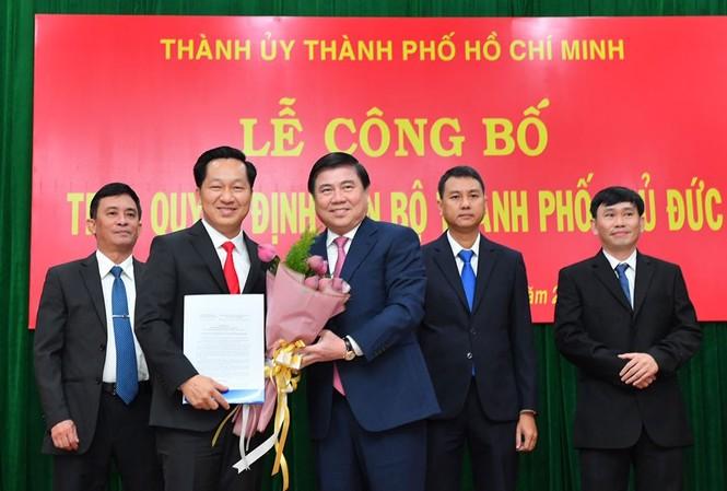 Chủ tịch UBND TPHCM Nguyễn Thành Phong trao quyết định phê chuẩn chức danh chủ tịch UBND TP Thủ Đức cho ông Hoàng Tùng (trái) và 3 Phó Chủ tịch UBND TP Thủ Đức