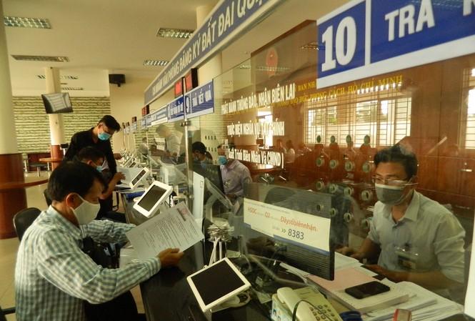 Người dân làm thủ tục hành chính tại trụ sở UBND TP Thủ Đức