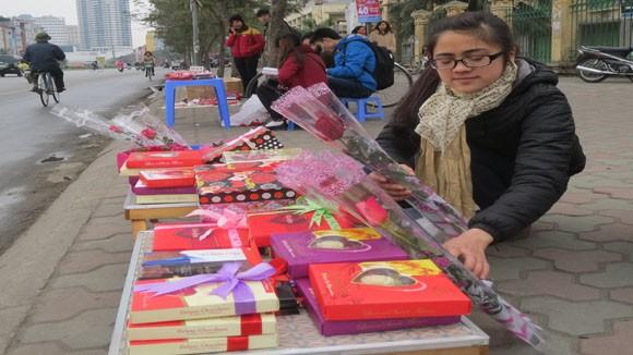 Nhiều sinh viên đã chuẩn bị tặng phẩm từ nhiều hôm trước, bày bán dịp 14-2