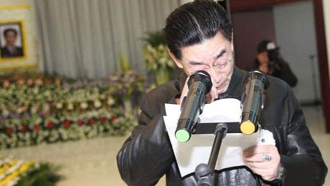 Lục Tiểu Linh Đồng đau buồn trong lễ tang cha