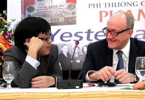 """Nhà sử học Larry Berman (phải) và dịch giả, nhà báo Đỗ Hùng trong buổi ra mắt sách """"Điệp viên hoàn hảo X6"""" tại Hà Nội sáng 18/2. Ảnh: Mi Ly"""
