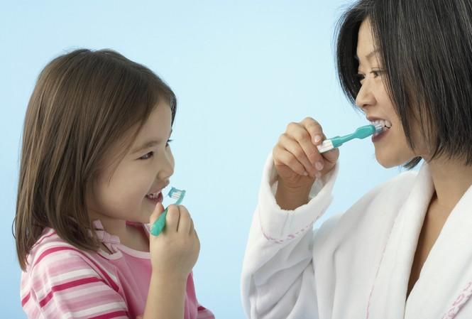 Những sai lầm tai hại của mẹ khi đánh răng cho con