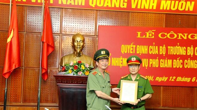 Trung tướng Nguyễn Xuân Tư trao quyết định bổ nhiệm cho Đại tá Đào Thanh Hải (bên phải). Ảnh: An ninh Thủ đô