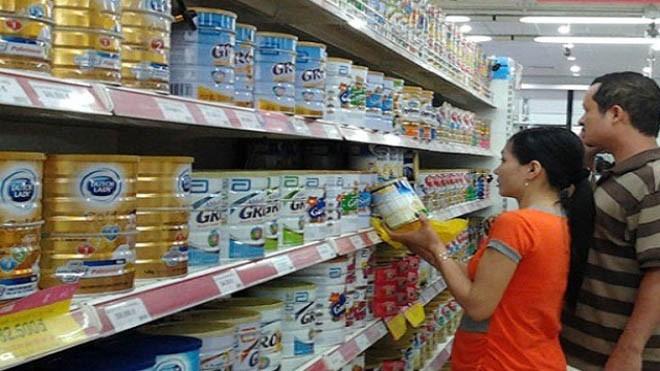 Đối với mặt hàng sữa, có lẽ đây là lần đầu tiên hàng trăm mặt hàng đồng loạt giảm giá và giá giảm sâu làm nhẹ lòng người tiêu dùng.