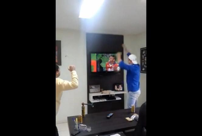 Ghét Sanchez, fan Brazil đập nát màn hình tivi