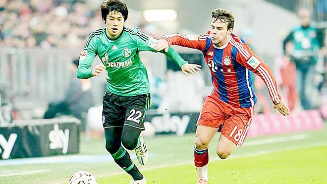 Juan Bernat (phải, Bayern) tỏ ra hụt hơi trước Atsuto Uchida (Schalke).