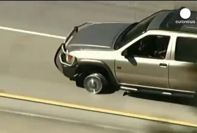Cảnh sát Mỹ bắn thủng lốp quái xế trên xa lộ