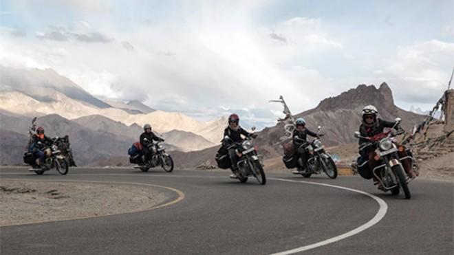 5 cô gái Paris với môtô phân khối lớn trên hành trình chinh phục Himalaya. Ảnh Facebook.