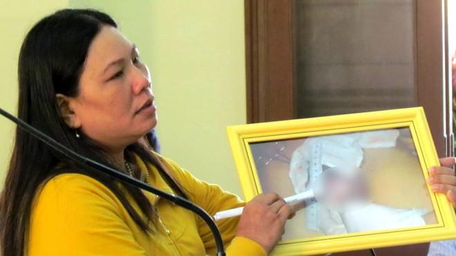 Chị Ngô Thị Tuyết khóc khi kể về việc em mình bị bắt và đánh chết