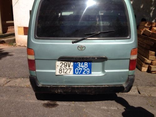 Chiếc xe biển xanh giả và biển thật (Ảnh: Nhật Minh)