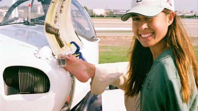 Người phụ nữ không tay đầu tiên trên thế giới biết lái máy bay