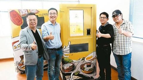 Bốn nhà sáng chế bên chiếc máy bán tô mì bò tự động - Ảnh: Oriental Daily