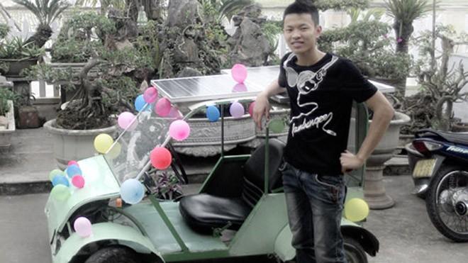 Đoàn Quang Hưởng bên chiếc ô tô do chính mình chế tạo.