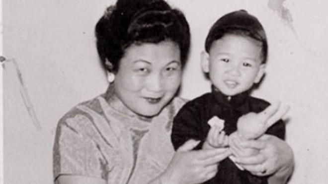Bà Kay Chinn Mah và cháu trai.