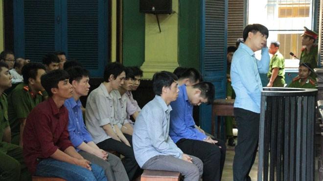 Bị cáo Hoài (đứng) và các bị cáo khác. Ảnh T.Châu