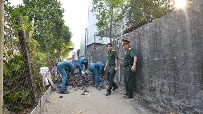Ngay từ sáng sớm, lãnh đạo huyện Củ Chi đã triển khai công việc làm đường, xây nhà cho mẹ Em, mẹ Oanh