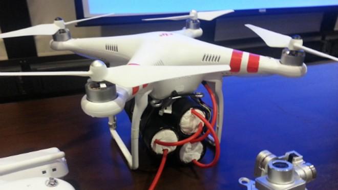 Máy bay không người lái DJI Phantom 2 với các thiết bị nổ giả đã được các nhà nghiên cứu đưa ra tại một hội thảo của Bộ An ninh Nội địa Mỹ hôm 16/1. Ảnh: Wired