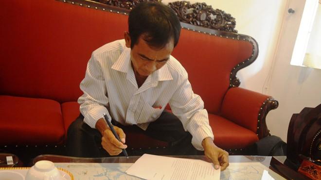Ông Huỳnh Văn Nén kí tên vào đơn tố cáo bổ sung vào chiều 3/3. Ảnh: Ngô Bình