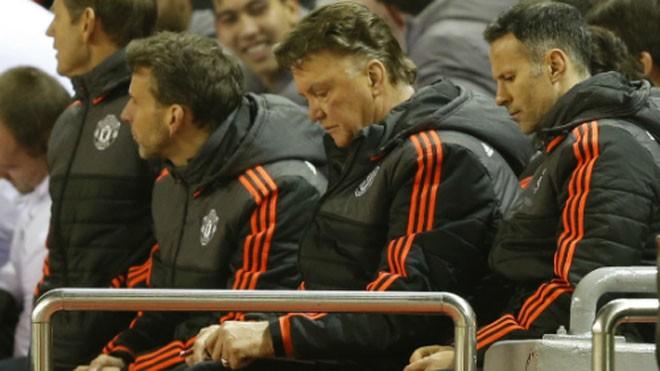 Van Gaal và Ryan Giggs bất lực ở Anfield. Ảnh: Reuters.