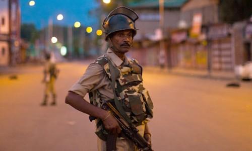 Lực lượng an ninh Ấn Độ tuần tra ở Kashmir. Ảnh: BBC