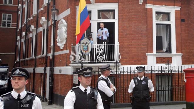 Julian Assange phát biểu từ ban công Sứ quán Ecuador ở London (Getty Images)