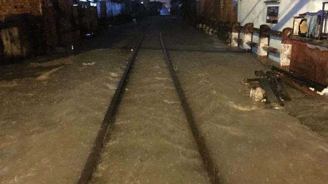 Đường ray bị ngập khiến các chuyến tàu về ga Sài Gòn trễ giờ.