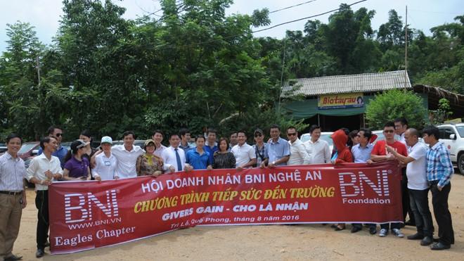 Vượt qua chặng đường hơn 200 km, Hội Doanh nhân BNI Nghệ An mang quà tặng trị giá 100 triệu đồng hỗ trợ các thầy giáo, học sinh Trường tiểu học Tri Lễ 4.
