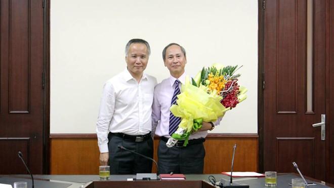 ông Nguyễn Trường Sơn (phải), nguyên Phó Chánh Văn phòng Bộ được điều động giữ chức vụ Phó Vụ trưởng Vụ Thi đua khen thưởng.