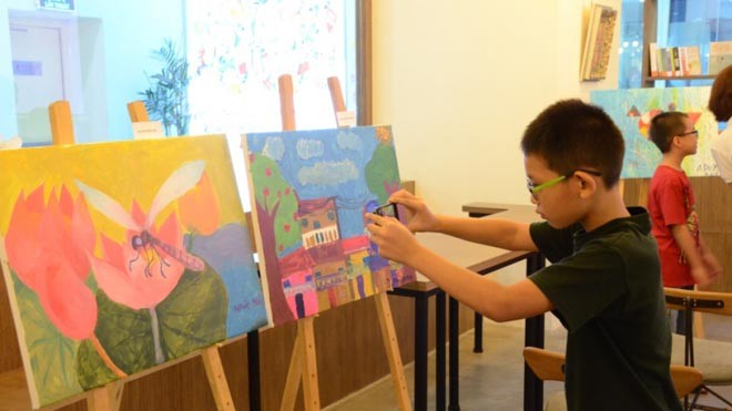 """Bức """"Chuồn chuồn và hoa sen""""  của cháu Nhật Mai (10 tuổi)"""