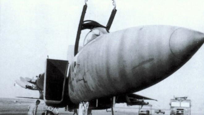 Chiếc F-15D hạ cánh an toàn với phần cánh chính bên trái đã mất sau vụ va chạm trên không. Ảnh: Theaviationist