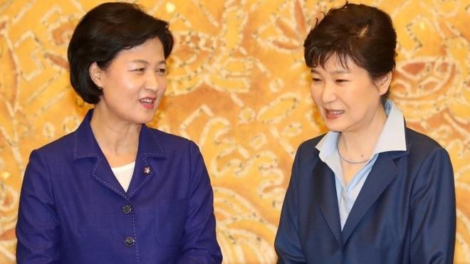 Chủ tịch đảng Dân chủ đối lập Choo Mi Ae (trái) và Tổng thống Park Geun Hye. Ảnh: Korea Herald.