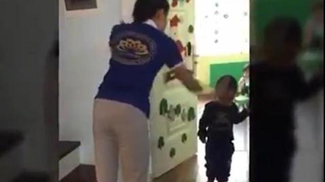Sốc xem clip cô giáo mầm non cầm dép đánh thẳng vào đầu trẻ