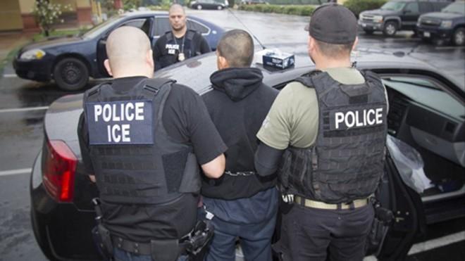 Nhiều người nhập cư bị đặc vụ ICE bắt giữ và trục xuất trong các cuộc vây ráp. Ảnh: Reuters