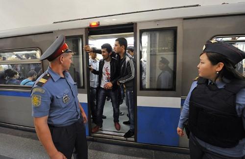 Cảnh sát Nga làm việc tại nhà ga tàu điện ngầm. Ảnh: Interfax