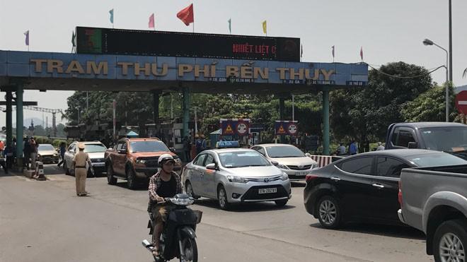 Ách tắc giao thông trên cầu Bến Thủy ngày 9/4.