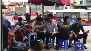 Chủ salon tóc bị gọi lên phường làm việc vì dàn dựng clip pha trà bằng nước rửa chân. Ảnh cắt từ clip