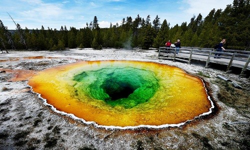 Suối nước nóng Morning Glory trong công viên quốc gia Yellowstone. Ảnh: Independent.