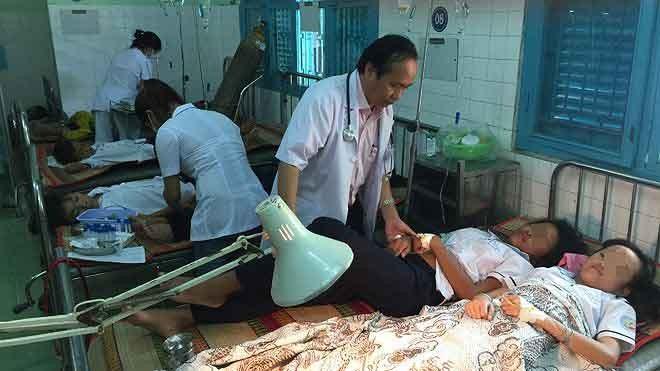 Các em học sinh đang được điều trị tại Trung tâm y tế huyện Ninh Phước