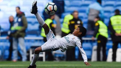 Con trai Ronaldo ngả người móc bóng giống bố