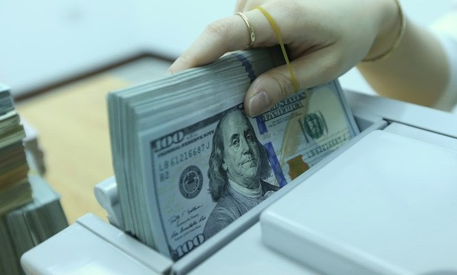 Ngân hàng Nhà nước cho biết sẵn sàng bán ra ngoại tệ giá thấp nếu cần can thiệp - Ảnh: Quang Phúc.