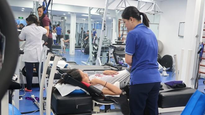 Một bệnh nhân đang điều trị tại phòng khám trị liệu thần kinh cột sống