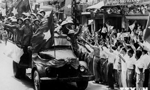 Đại đoàn quân tiên phong từ các cửa ô tiến vào giải phóng Thủ đô. (Ảnh minh họa: Tư liệu TTXVN)